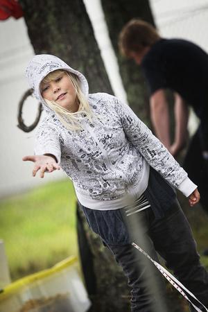 Jasmine Berglöf, 11, från Iggesund trotsade regnet och satsade stort på hästskokastning.