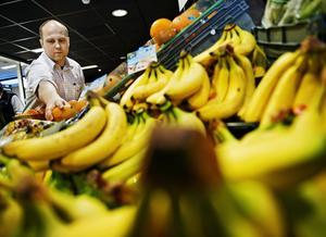 Känsliga bananer blir svårsålda med för många bruna prickar, har Patrik Malmberg på Ekershallen lärt sig.