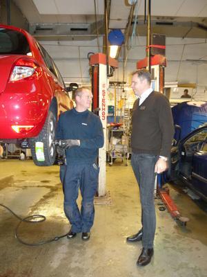 Mathias Dahlberg tar hand om en bil i verkstaden och får sig några ord med Jonas Estéen.