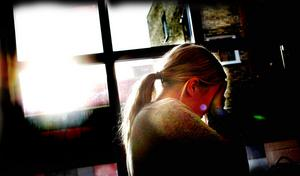 """I tio års tid plågades Anna av svår huvudvärk. Men orsaken undersöktes aldrig av hälsocentralen i Gävle – trots att Anna sökte hjälp gång på gång. Först när hon som 16-åring flyttade till ett annat landsting upptäcktes att hon hade en tumör i huvudet. """"Det är hemskt att de inte lyssnar på ett barn och tror på vad det säger,""""  säger Anna.(Bilden är arrangerad)Foto: Lasse Halvarsson"""