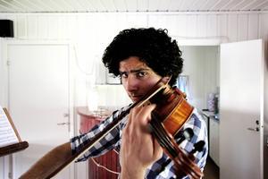 Ghazwan Numan kom till Vallhov i Sandviken från Irak efter att hans pappa kidnappats. Det var pappan som gjorde att han började med musiken. På torsdag spelar han på kammarmusikfestivalen.