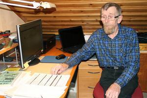 Ingvar Eriksson suckar när han bläddrar igenom det flera sidor långa avtalet.