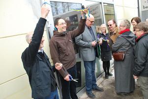 Sakarias Winberg, ordförande i Pingstförsamlingens styrelse i Leksand samt Tommy Granberg, ordförande för samarbetspartnern PMU höll i saxarna innan de närmare 400 personerna fick komma in till Pingstkyrkans Second Hand i Norsbro.