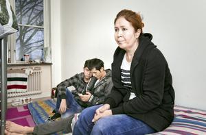 """""""Jag är trygg och säker i Sverige."""" Zara Hedri bor med systersonen Ghulam Hussain och vännen Shah Hussain Kazimi. De läser varje dag om mord på hazarer, deras folkgrupp."""