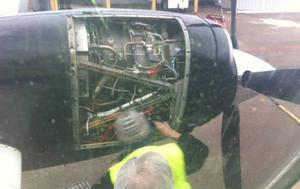 En tekniker fixade lite i vänstra motorn medan passagerarna satt i planet. Flygkaptenen kontrollerade reparationen som fick varningssummern att tystna.