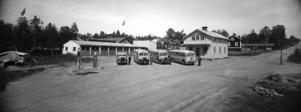 Busstationen med sina garage låg förr på Rådhusgatan. Ovanför busstationen skymtar kopparslagare Wallins fatighet.