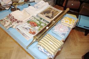 Det mässingfärgade föremålet mellan grytlappar och gamla magasin är en brandsläckare.