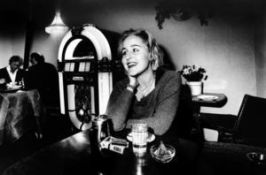 Den blivande poeten Charlotta Cederlöf vid en intervju 1991. Några år senare kom hennes roman