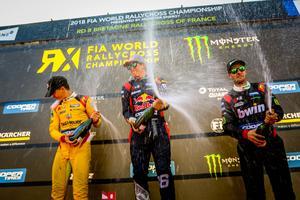Oliver Eriksson fick kliva upp på prispallen tillsammans med Guillaume de Ridder (till vänster) och Sami-Matti Trogen (till höger). Foto: RX2