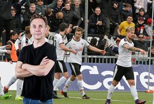 Kvitterat. Filip Rogic gratuleras till kvitteringsmålet mot Norrköping. ÖSK skapade duktigt med chanser i matchen, men bollen måste in i mål också konstaterar Sportens krönikör Lasse Wirström.Bild: Conny Sillén/TT