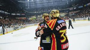 Jonathan Granström och Niklas Svedberg jublar efter slutsignalen som betyder att Brynäs vunnit SM-finalen med fyra matcher mot två mot Skellefteå AIK.