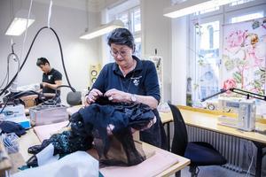 Aina Skoglund är det krut i. Nästa år fyller hon 70 år, hon har ägt skrädderiet sedan 90-talet och hon gillar när det är mycket att göra.