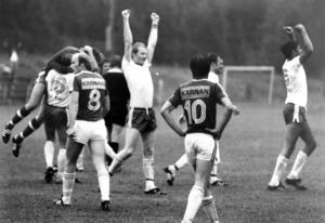 Jublet är efter slutsignalen i derbyt mellan Ope IF och IFK Östersund på Torvallen i augusti 1978. Ope vann med 2-1 och här ses Opespelarna Lennart Hedström och till höger Mats Lindvall sträcka armarna mot skyn. Ryggarna på IFK-spelarna tillhör Göran Sahlin, till vänster, och Roger Jonsson till höger.