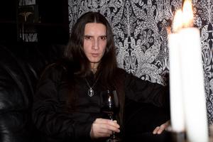 Walter Tölg, med artistnamnet Deacon D, i sin lägenhet på Viksäng, där han bor med sin flickvän.