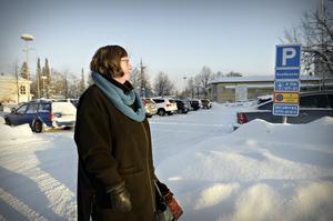 När vi möter Ann-Charlott Öhman på parkeringen utanför vårdcentralen sitter det flera skyltar uppe som visar att man ska använda p-skiva.