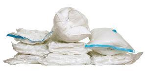 I en fungerande vakuumpåse kan kläder, filtar, täcken och kuddar bli till ett litet kompakt paket i ett nafs. Men vid minsta hål kommer luften in och påsen blir stor och otymplig. Påsarna på bilden innehåller ett täcke och två kuddar.Bild: Rickard Kilström