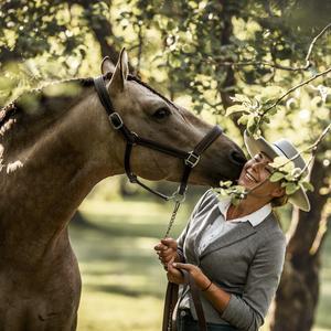 Sofia med hästen Furia på Merlo slott. Bild: Johanna Blixbo