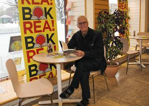 Bokhandlare Lennart Bergström har länge arbetat för att göra sin bokhandel till något mer än en butik - en mötesplats för läsande människor.