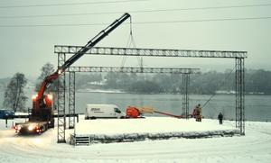 Arbetet med att plocka ned konstruktionen inleddes tidigt på torsdagsmorgonen.