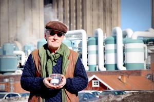 Skutskärsprofilen Bengt Söderhäll är protestgruppens ledare, han har en glasburk sparad med doft från en av de dagar då han upplevde den som starkast.