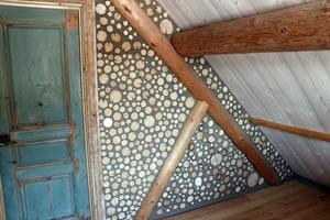 I sovrummen på övervåningen är vägarna gjorda av lera och kubb. Rummen kallas