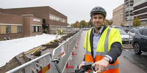 Just nu byggs den nya cykelleden ut intill Ullvi-Tunas vårdcentral. Arbetet beräknas vara klart  om cirka fyra veckor. Den sista etappen, som färdigställer cykelleden från centrum till stationen, blir längs Stationsgatan och beräknas vara klar i början av december.