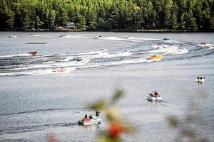Sjöarna Norra och Södra Barken är populära bland båtfolket. Den spektakulära tävlingen Poker Run (bilden) är ett exempel.
