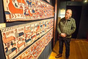 Per Göran Björk betraktar konsthantverket som hela Forngården är uppbyggd kring. Här hänger en kopia av Överhogdalstapeten, vävd av Ellinor Sydberg. Originalet finns på länsmuseet.