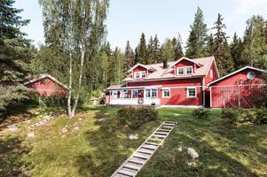 Villa med naturskönt läge. Bostaden har fyra sovrum, ett modernt kök och gott om sällskapsytor. Foto: Kristofer Skog, Husfoto.