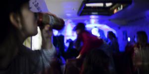 Ungdomarna som drack alkohol och bråkade fick lämna festen när polisen kom.