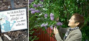 Myrna Åkerblom från USA och Filippinerna trivs i Sverige och lilla Bollstabruk. Här har hon nära ut i trädgården där hon gillar att pyssla.