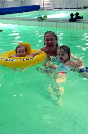I den stora villan i Haga finns det pooler både inne och ute. Här badar Stig ofta med sina små.