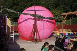 Barn från Råby hjälper till att skapa Michael Beutlers konstverk, en jättelik boll som ska rullas genom Råbyskogen. Foto: Patrick Kretschek