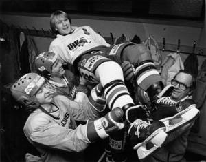"""17-årige Peter Andersson utsågs 1982 till """"Årets talang"""". Här hissas han av Björn Johansson, Lenny Eriksson och Ivan Aronsson. Foto: Håkan Ekebacke"""