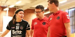 Amanda Stolpe i samtal med sina tränare inför den tredje perioden.