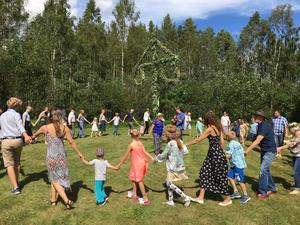 Dans runt midsommarstången under ledning av Ulla-Britt Nordin och Matti Busch på gitarr. Foto: Ulla-Britt Nordin