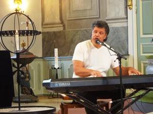 Christer Öberg från Härnösand är en fullfjädrad pianovirtuos som tog sig artistnamnet Chris O'Berg 1987.