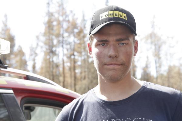 Daniel Westlund från Stora Enso arbetar för fullt med att se till att nya  bränder inte blossar upp.