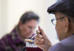 Skribenten skriver att måltiden ska anpassas för dem som har svårigheter att tugga. Foto: Pontus Lundahl/TT