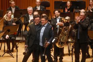 Trumpetarna Tom Poulson och Urban Agnas tar emot applåder från både publiken och sina kolleger. Bakom dem ses tubaisten Sami Al Fakir och trombonisten Jonas Bylund.Foto: Anders Forngren