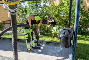 Johan Brunström som jobbar på Veolia har varit ute med Mats-Erik Åström från kommunen och städat