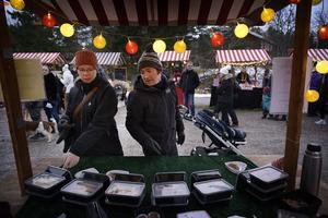 Erika Fahlén och Justin Kilbane handlade lite  kakor.