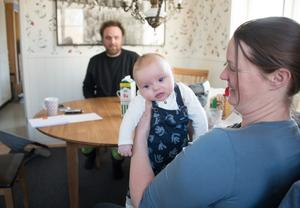 Lisa Rosell, här med dottern Siw, och Markus Göth bor på Långholmens gård i Käringboda. Till familjen hör också Lisas som inte är med på bilden.