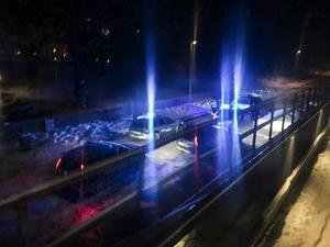Flera polispatruller sattes in i jakten på den stulna bilen. Efter att ha prejat bilen fick polisen stopp på flykten i centrala Söderhamn och kunde gripa fyra personer, varav en senare avfördes från utredningen.