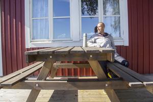 Lars Ljung njuter av sensommarvärmen.