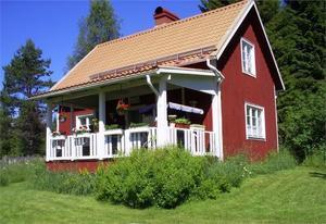 Välskött torp på egen jättetomt med flera ekonomibyggnader. Uthus med vedbod, timrat härbre, vedeldad bastu, förråd och jordkällare. Foto: Privat