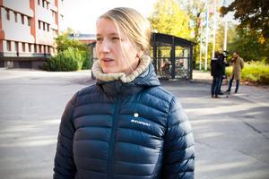 Föräldern Laura Brander berättar att de planerar att barnen på Allsta skola ska skriva brev och rita teckningar  och skicka dem till Sundsvalls kommun för att rädda sina skolor.
