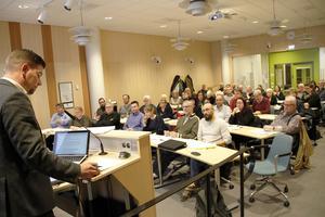 Markus Evensson (S), kommer att få svara på frågor kring intraprenad och självstyre.