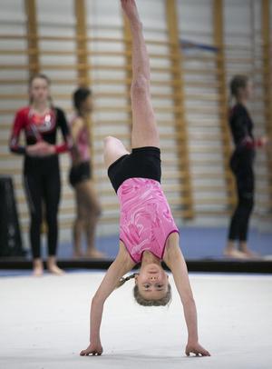 Maia Luotsinen tog silver i steg 6. Här i en handvolt i fristående. Foto: Privat.
