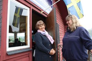 Kerstin Ladarp är värdinna i VIP-loungen. Hon fick besök av Annika Hallin som också är mycket engagerad på travbanan.